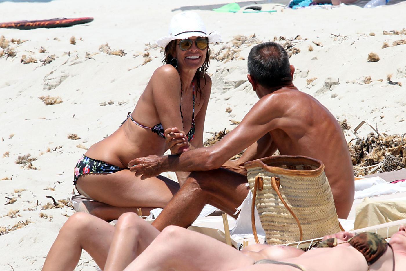 Cristina Parodi, tintarella a Formentera con amiche: topless perfetto a 50 anni 14