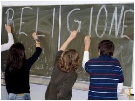 """Religione a scuola. """"Bimbi, chi non fa la comunione alzi la mano"""", mamme in rivolta"""