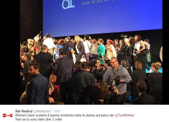 Richard Gere preso d'assalto dai fan al Taormina Film Festival