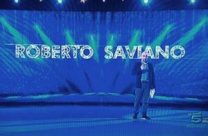 """Amici 14, Saviano cita poetessa Wislawa Szymborska: """"Ascolta come mi batte forte il tuo cuore"""""""