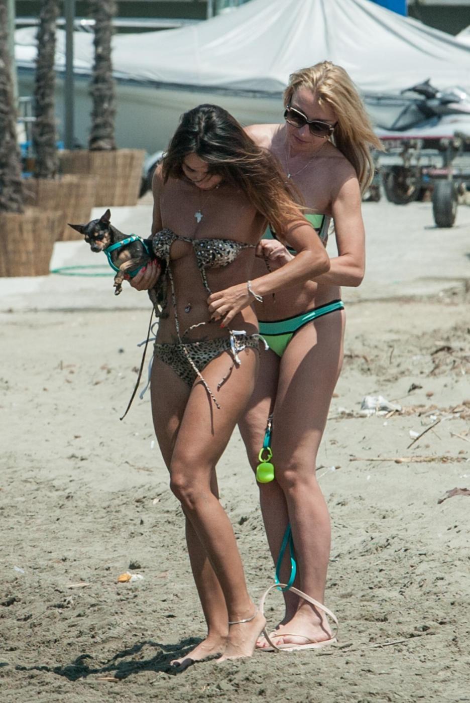 Rosy Dilettuso, reggiseno cede: incidente sexy al mare per l'ex Pupa27
