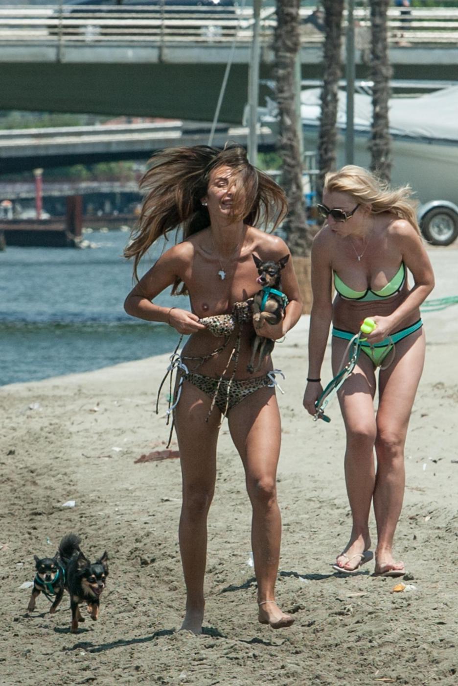 Rosy Dilettuso, reggiseno cede: incidente sexy al mare per l'ex Pupa22