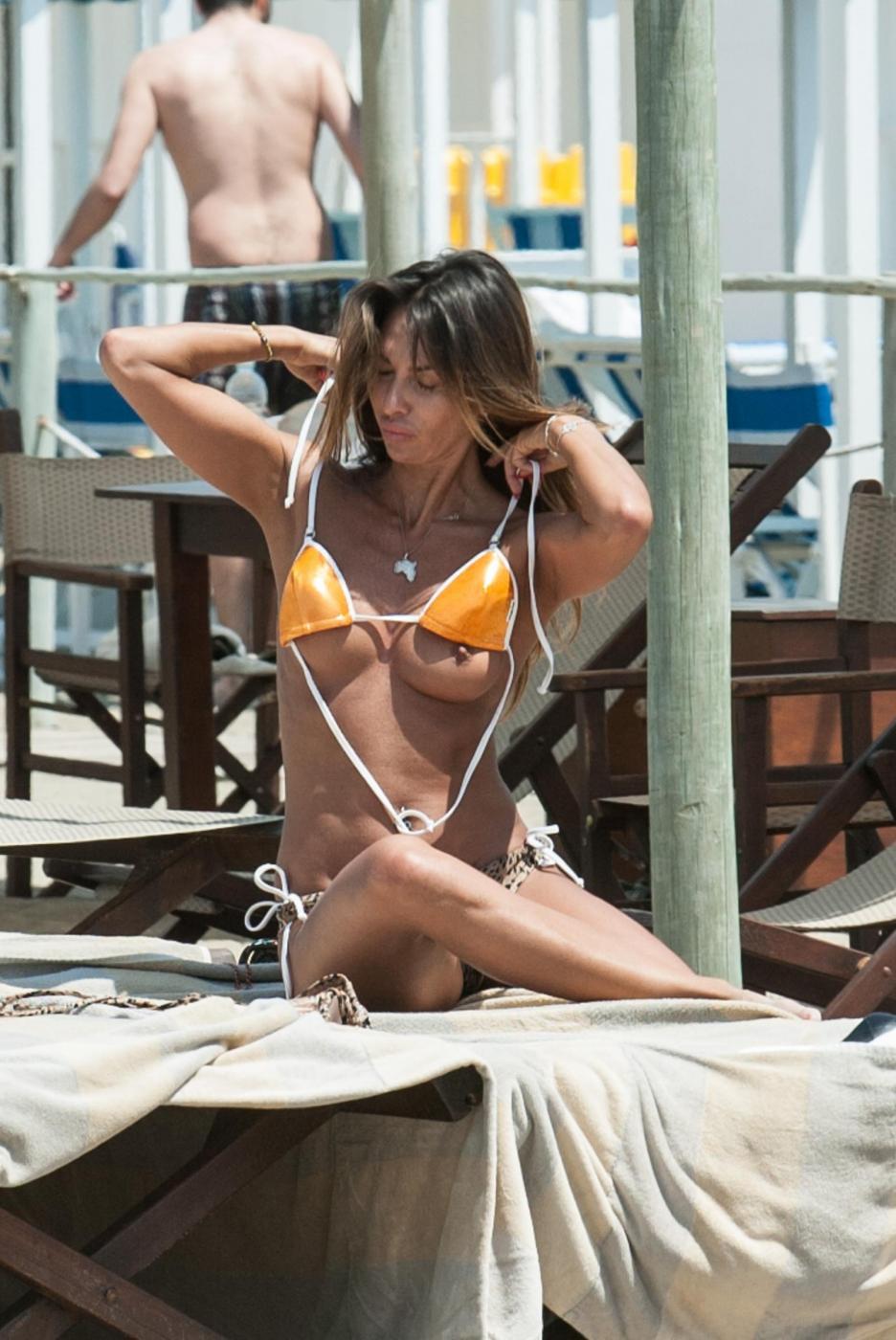 Rosy Dilettuso, reggiseno cede: incidente sexy al mare per l'ex Pupa33