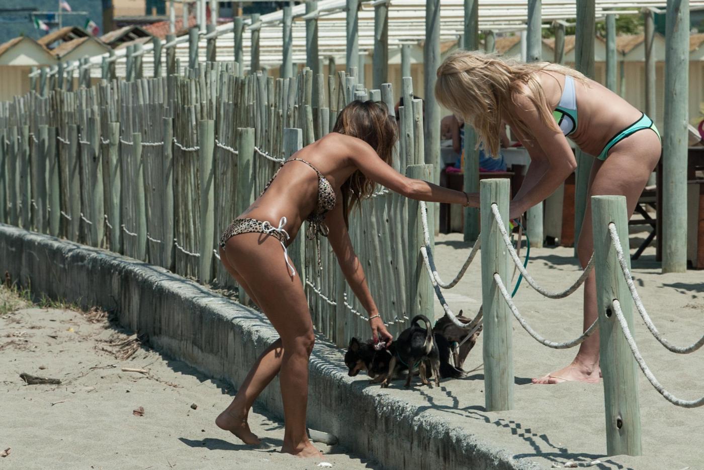 Rosy Dilettuso, reggiseno cede: incidente sexy al mare per l'ex Pupa\3