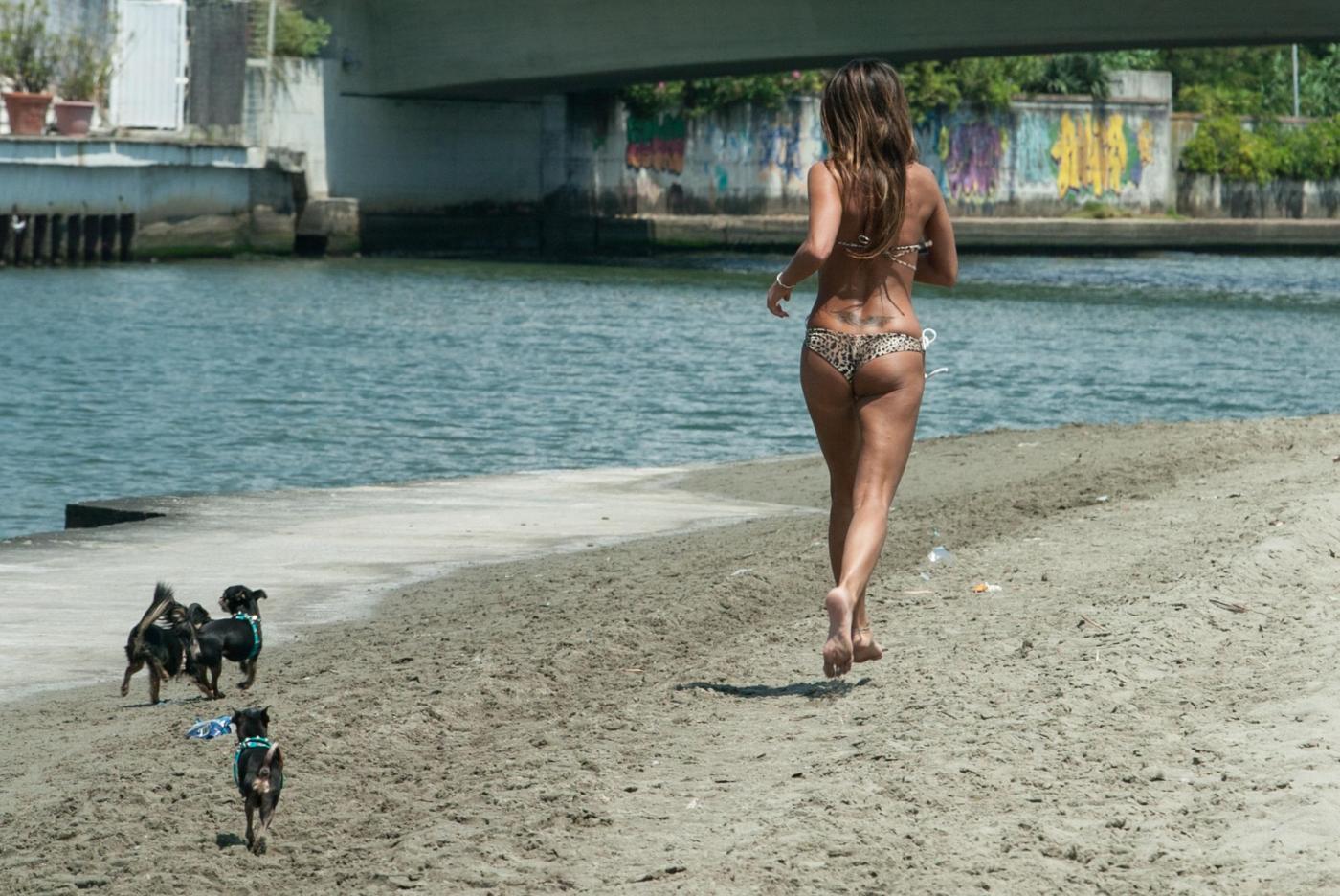 Rosy Dilettuso, reggiseno cede: incidente sexy al mare per l'ex Pupa\1