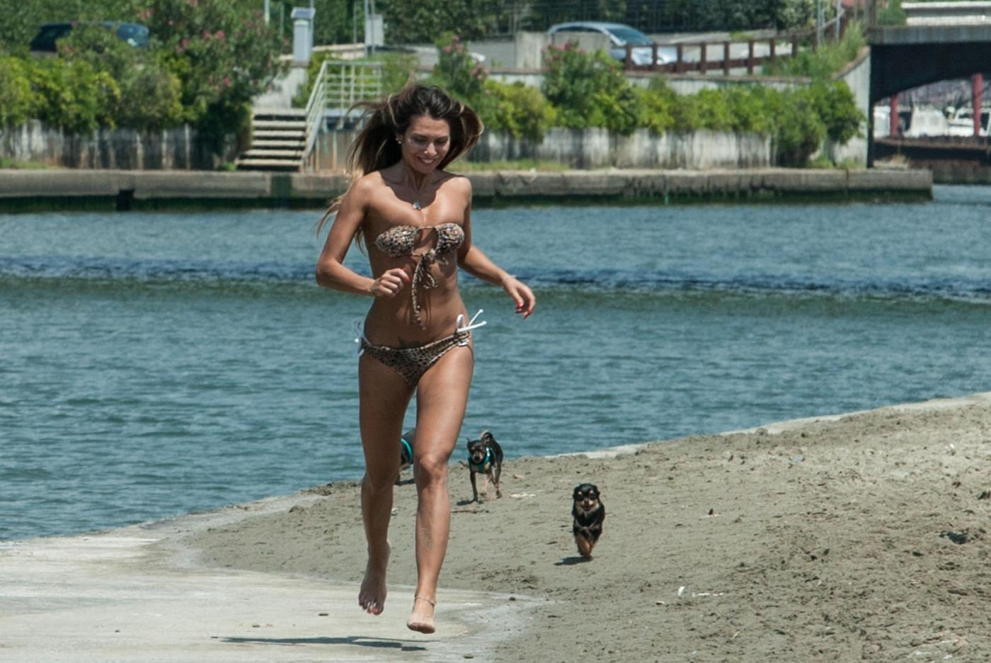 Rosy Dilettuso, reggiseno cede: incidente sexy al mare per l'ex Pupa09