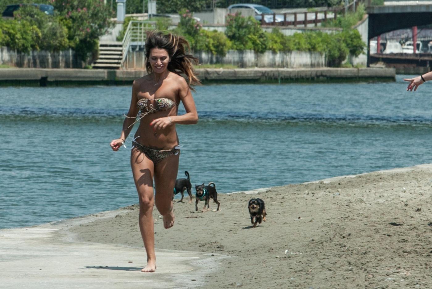 Rosy Dilettuso, reggiseno cede: incidente sexy al mare per l'ex Pupa08