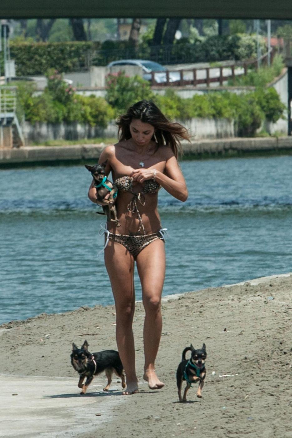 Rosy Dilettuso, reggiseno cede: incidente sexy al mare per l'ex Pupa032