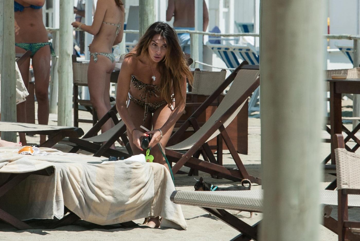 Rosy Dilettuso, reggiseno cede: incidente sexy al mare per l'ex Pupa1717