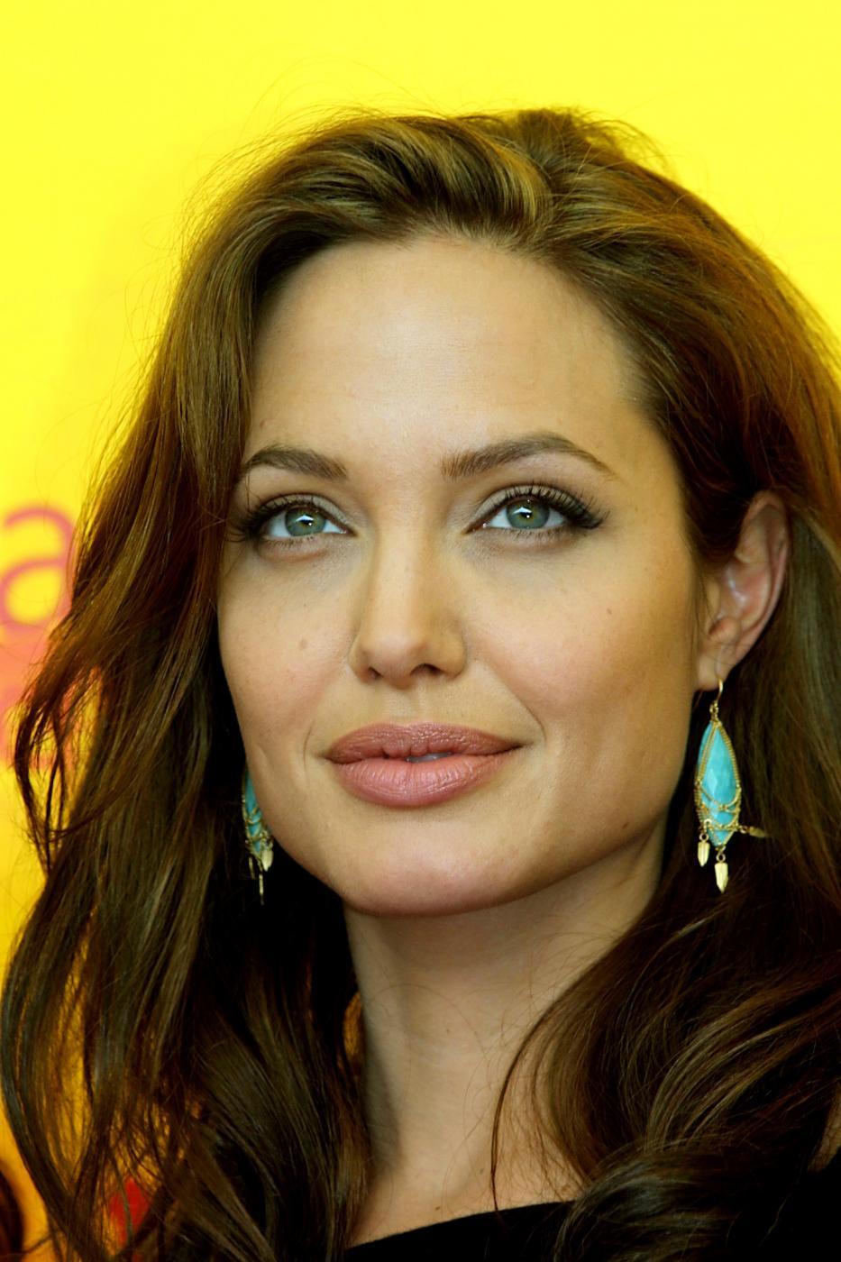 Angelina Jolie, com'era e com'è. L'attrice compie 40 anni FOTO 16