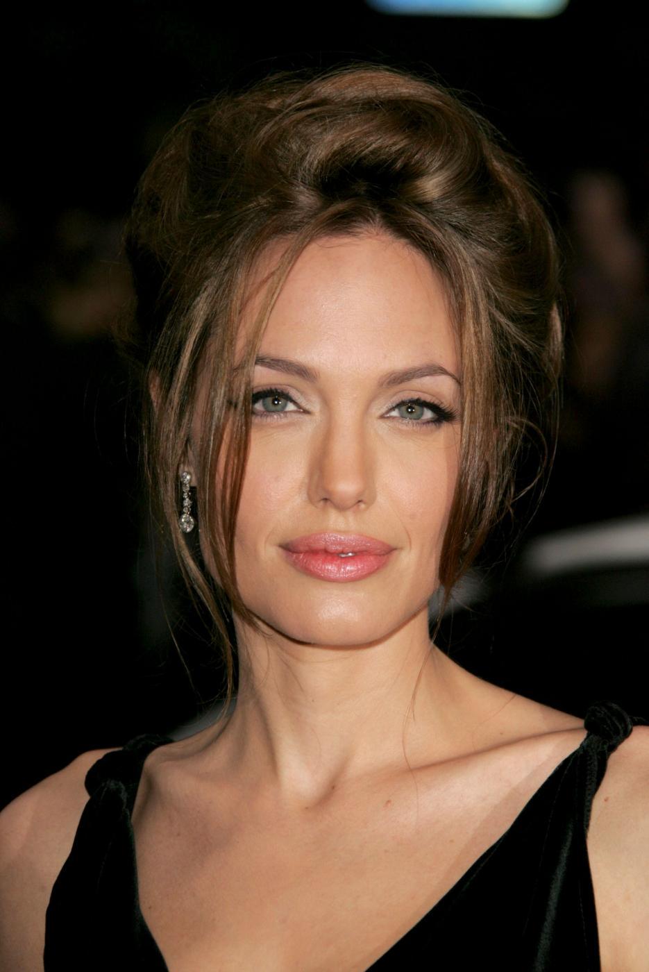 Angelina Jolie, com'era e com'è. L'attrice compie 40 anni FOTO 18