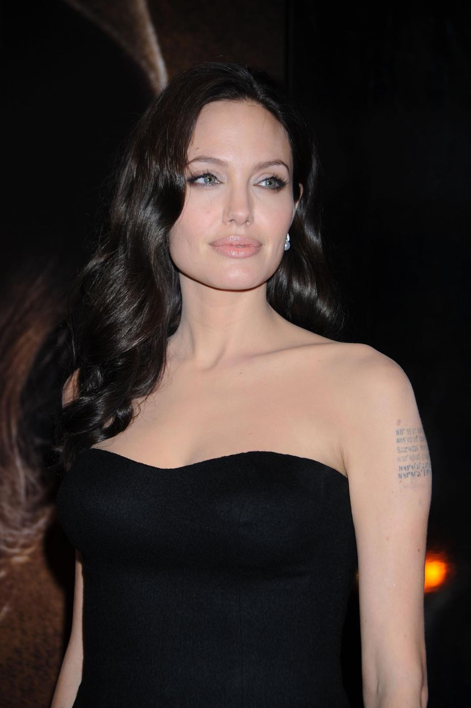 Angelina Jolie: Mara Teigen la sua sosia FOTO