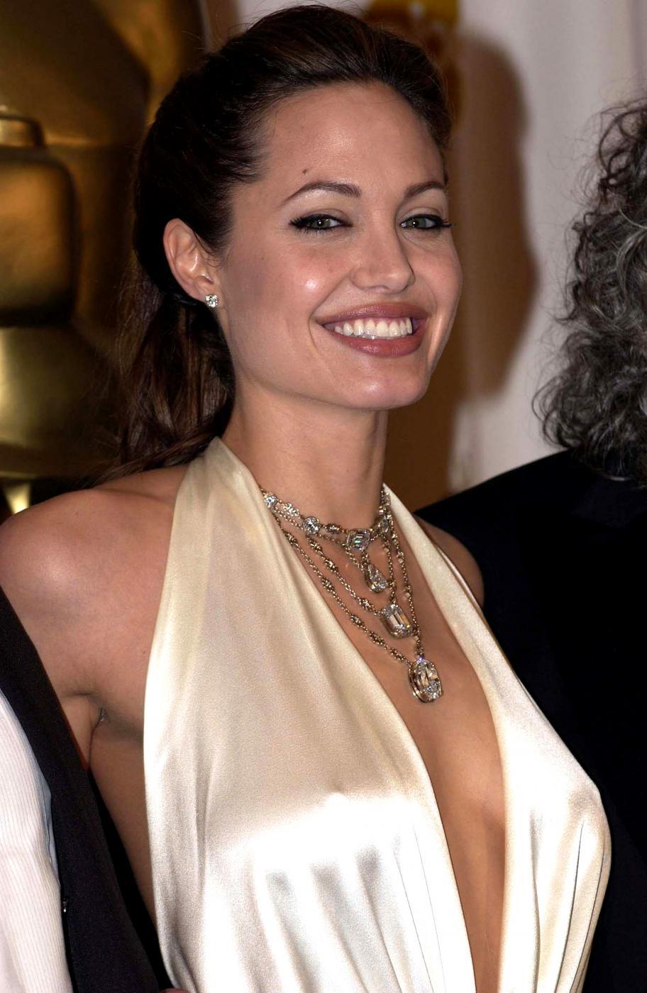Angelina Jolie, com'era e com'è. L'attrice compie 40 anni FOTO 44