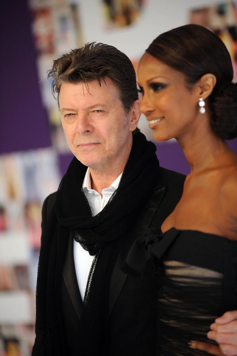 """David Bowie versione romantica. Moglie Iman: """"Mi fece trovare stanza piena di fiori"""" 22"""