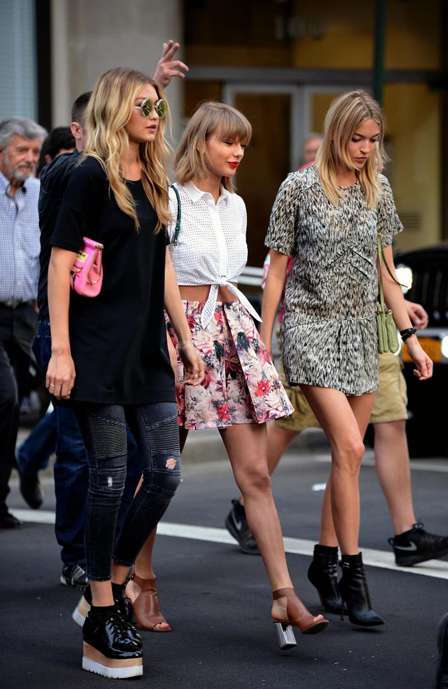 Taylor Swift e Gigi Hadid a spasso per New York FOTO 5