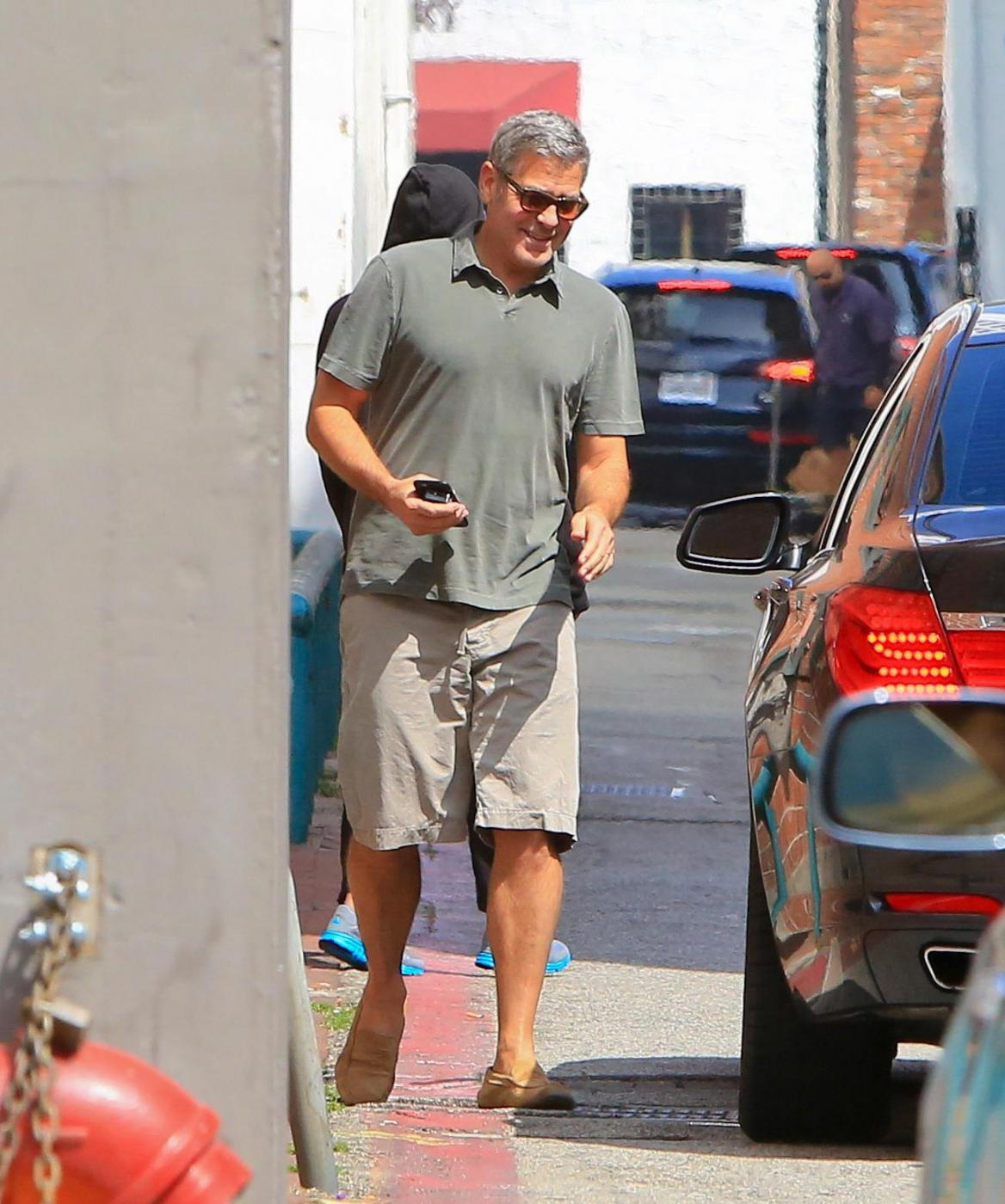 George Clooney, pantaloni corti e mocassini in giro per Beverly Hills FOTO 6