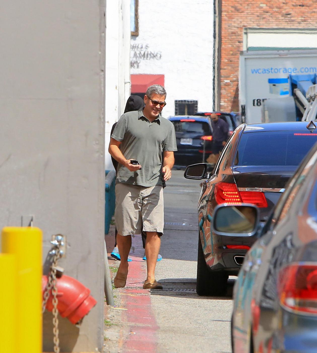 George Clooney, pantaloni corti e mocassini in giro per Beverly Hills FOTO 8