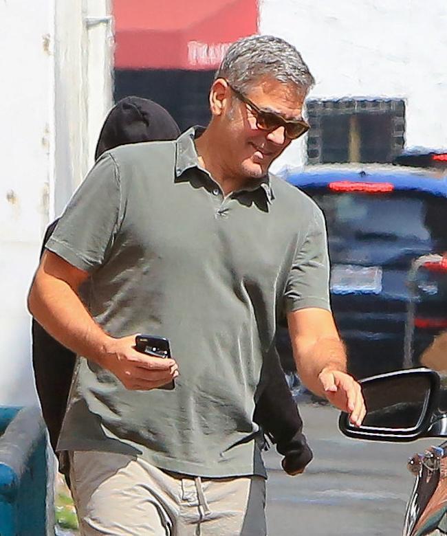 George Clooney, pantaloni corti e mocassini in giro per Beverly Hills FOTO 9