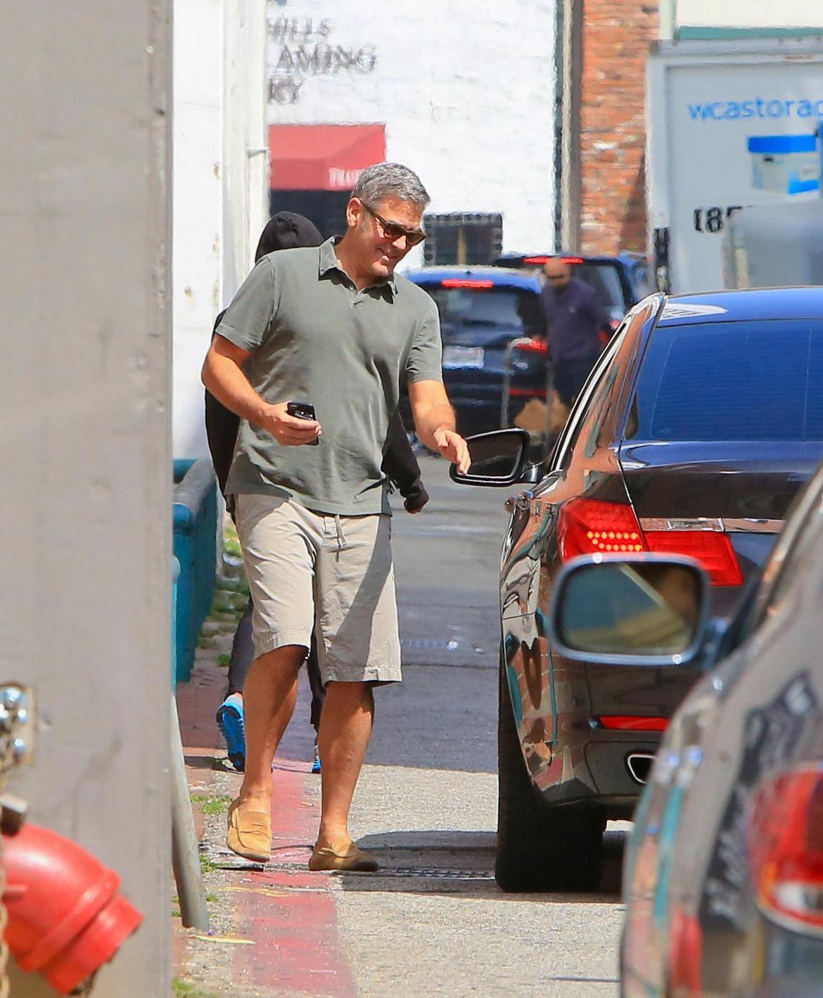 George Clooney, pantaloni corti e mocassini in giro per Beverly Hills FOTO 11