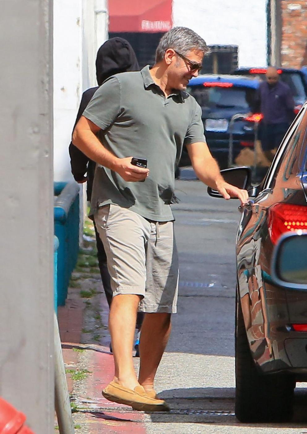 George Clooney, pantaloni corti e mocassini in giro per Beverly Hills FOTO 12