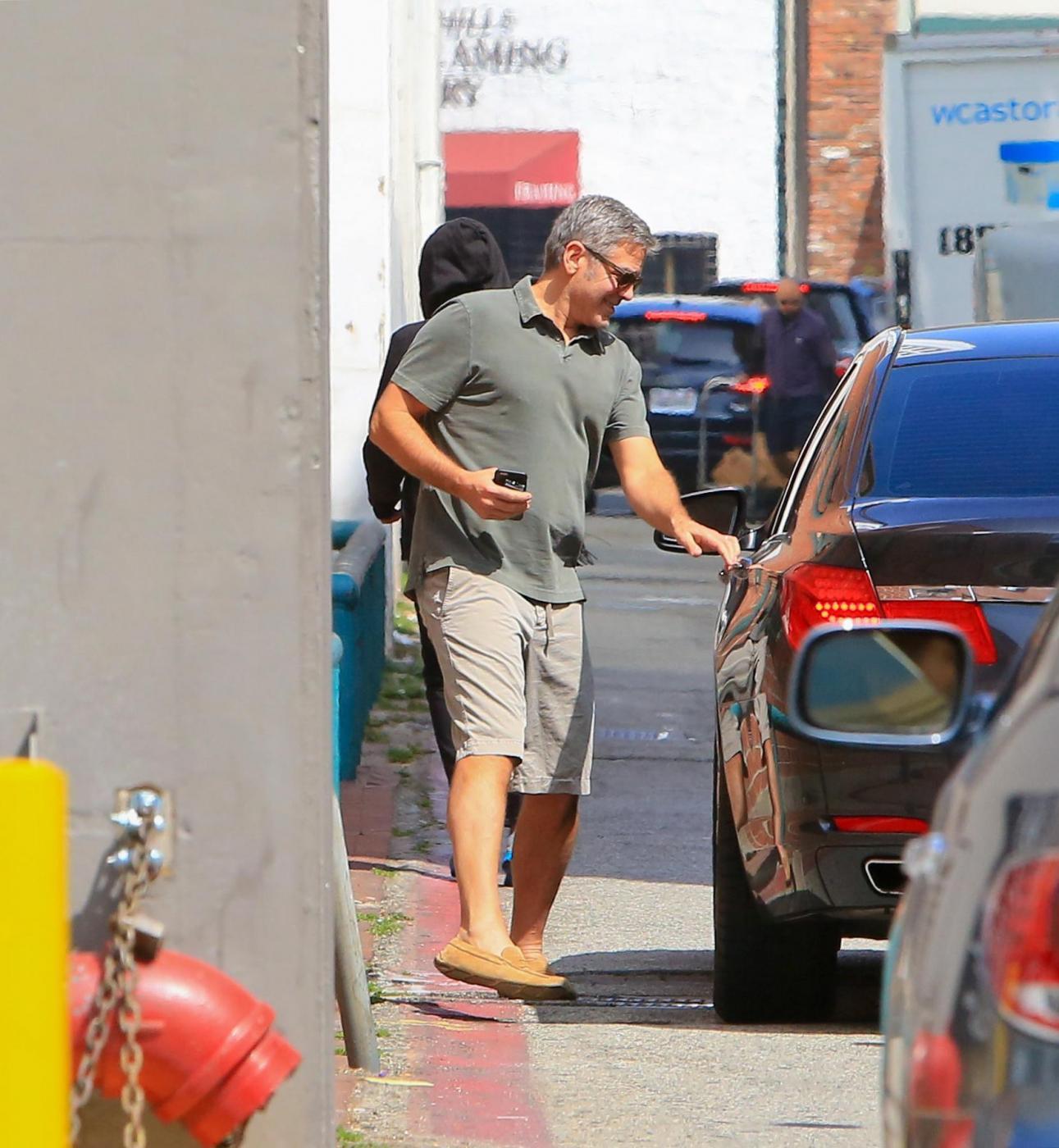 George Clooney, pantaloni corti e mocassini in giro per Beverly Hills FOTO 13