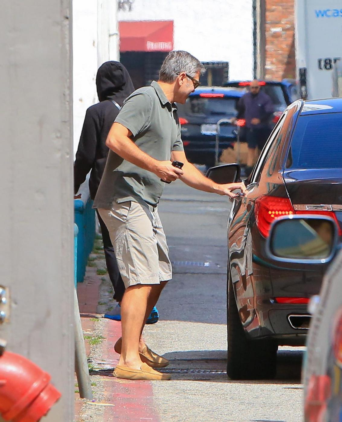 George Clooney, pantaloni corti e mocassini in giro per Beverly Hills FOTO 15