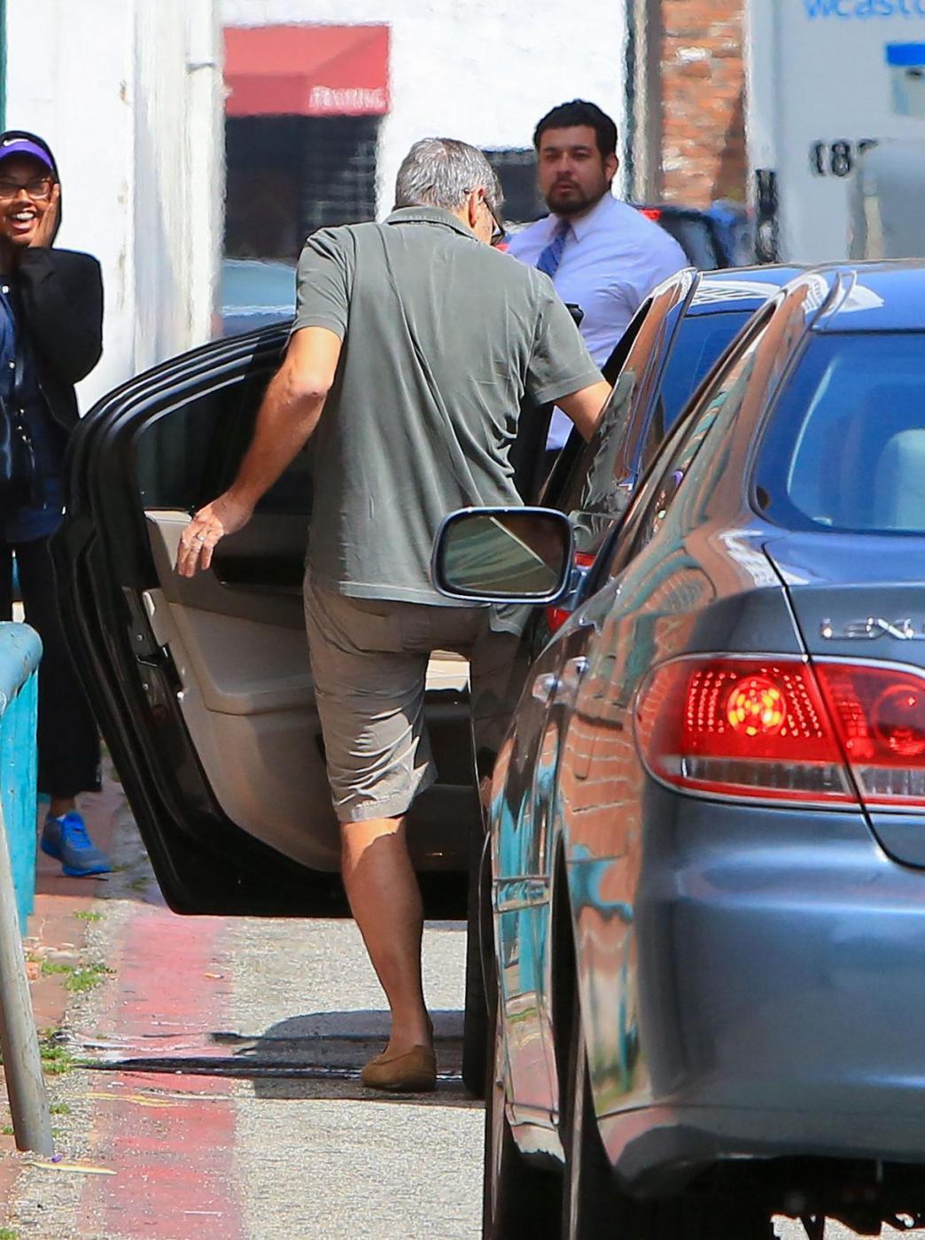 George Clooney, pantaloni corti e mocassini in giro per Beverly Hills FOTO 1