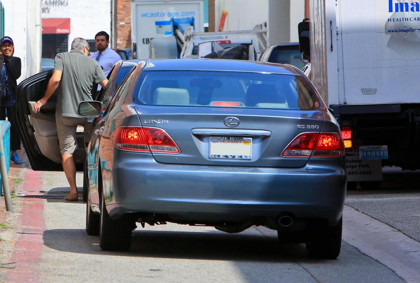 George Clooney, pantaloni corti e mocassini in giro per Beverly Hills FOTO 3