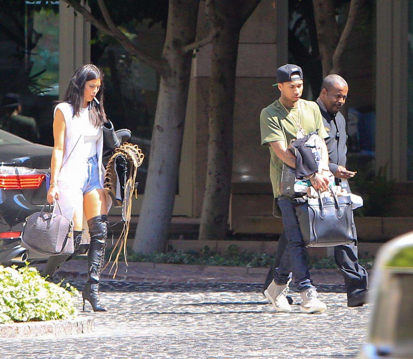 Kylie Jenner paparazzata con Tyga: spunta l'anello di fidanzamento FOTO 12