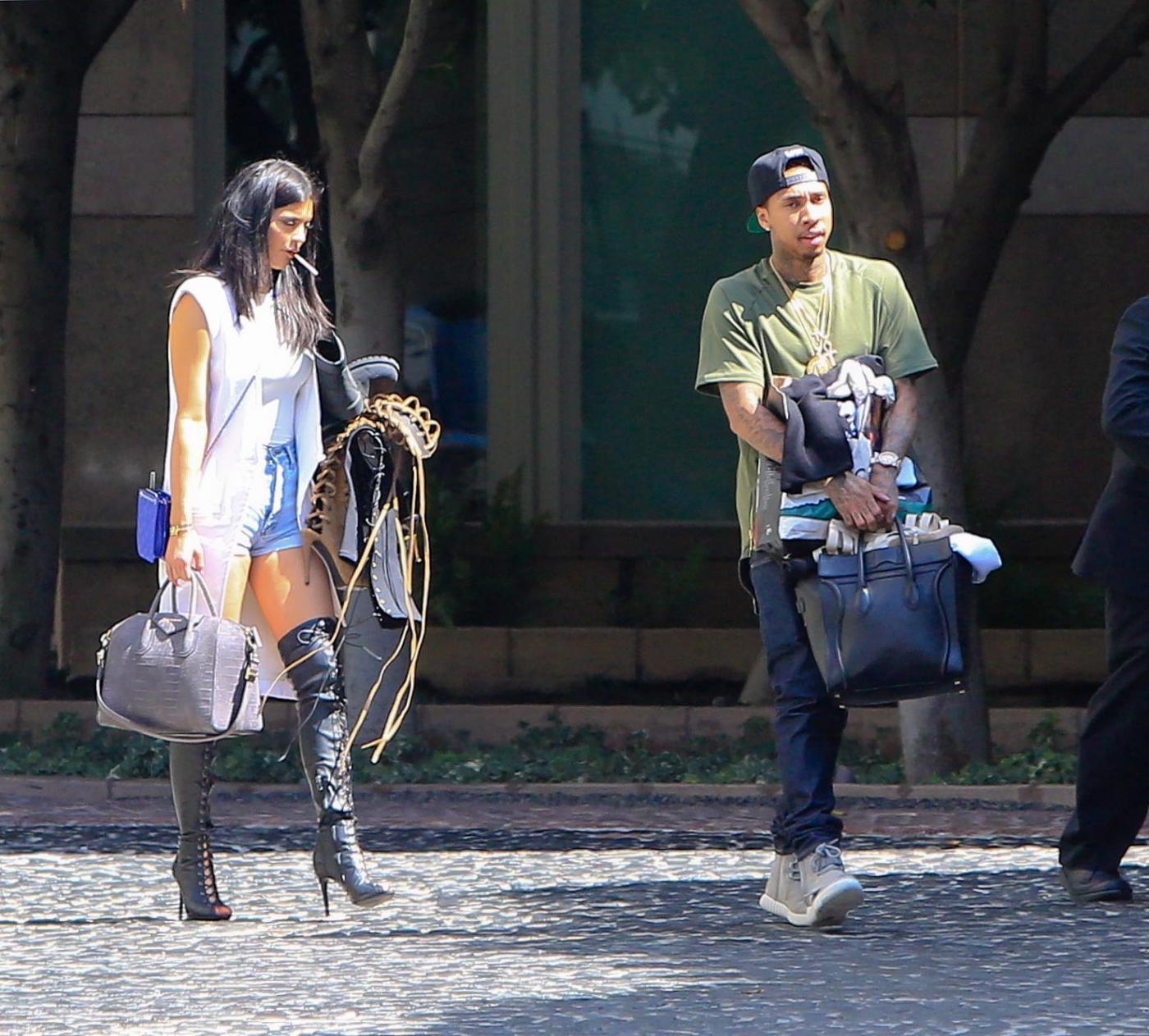 Kylie Jenner paparazzata con Tyga: spunta l'anello di fidanzamento FOTO 13