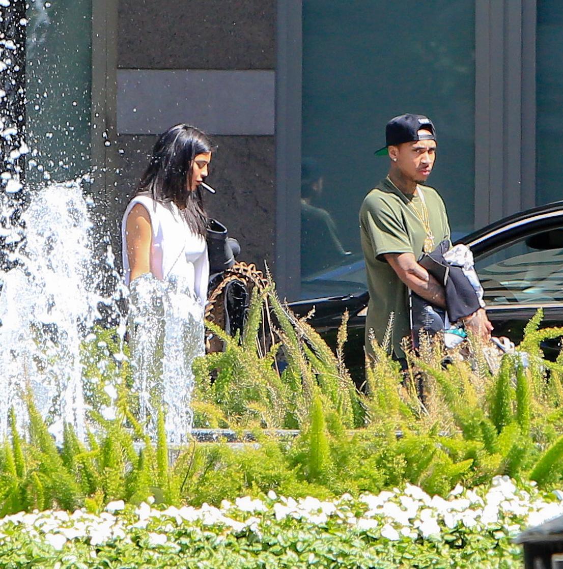 Kylie Jenner paparazzata con Tyga: spunta l'anello di fidanzamento FOTO 14