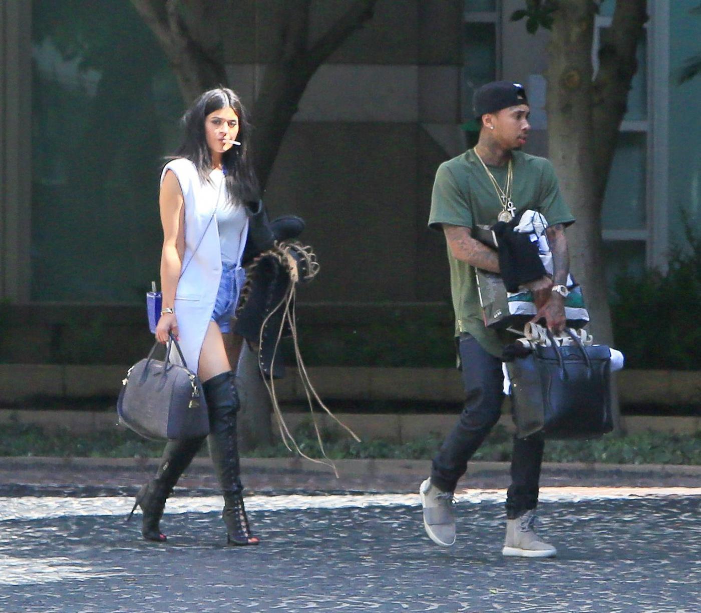 Kylie Jenner paparazzata con Tyga: spunta l'anello di fidanzamento FOTO 15