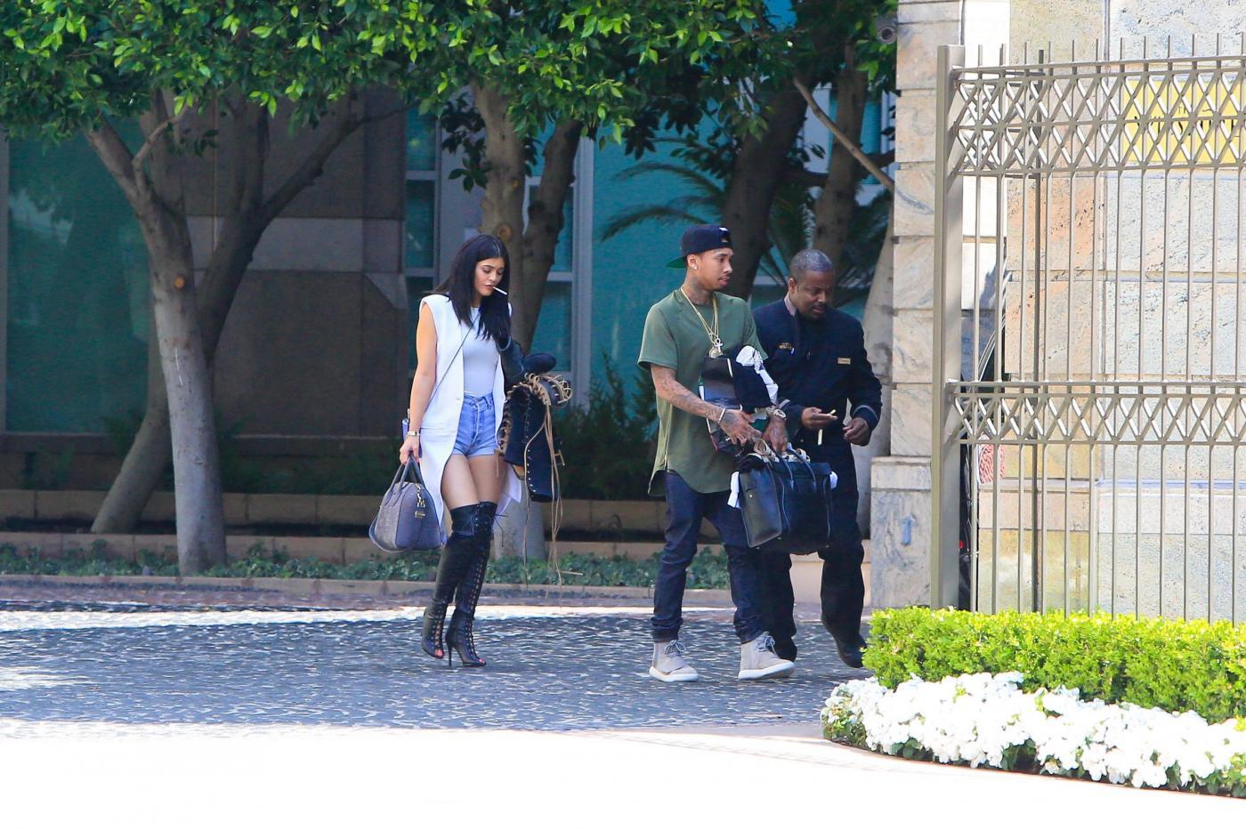 Kylie Jenner paparazzata con Tyga: spunta l'anello di fidanzamento FOTO 16