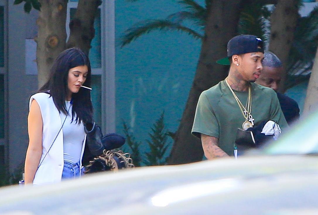 Kylie Jenner paparazzata con Tyga: spunta l'anello di fidanzamento FOTO 17