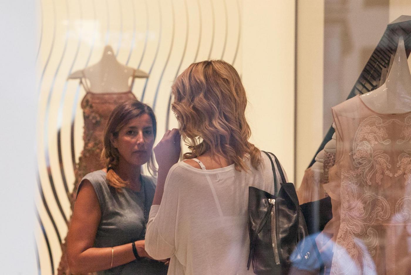 Elena Santarelli magrissima: shopping in via Montenapoleone l'amica FOTO 9
