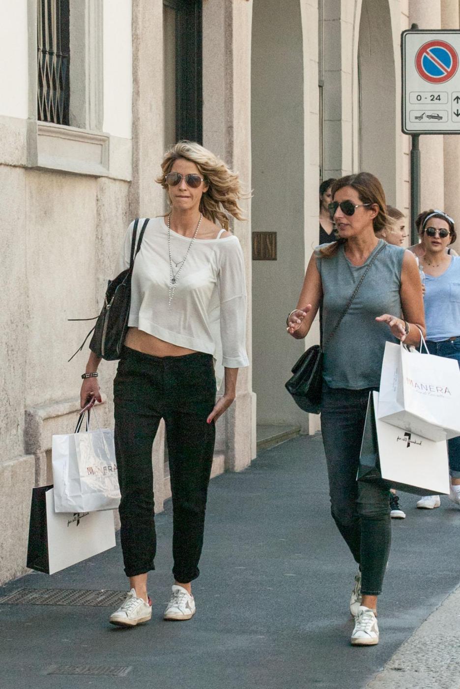 Elena Santarelli magrissima: shopping in via Montenapoleone l'amica FOTO 11
