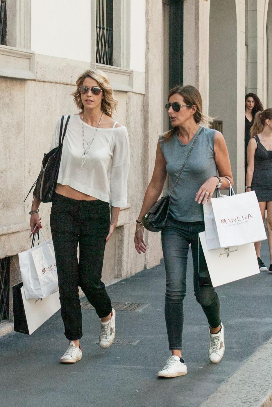 Elena Santarelli magrissima: shopping in via Montenapoleone l'amica FOTO 13