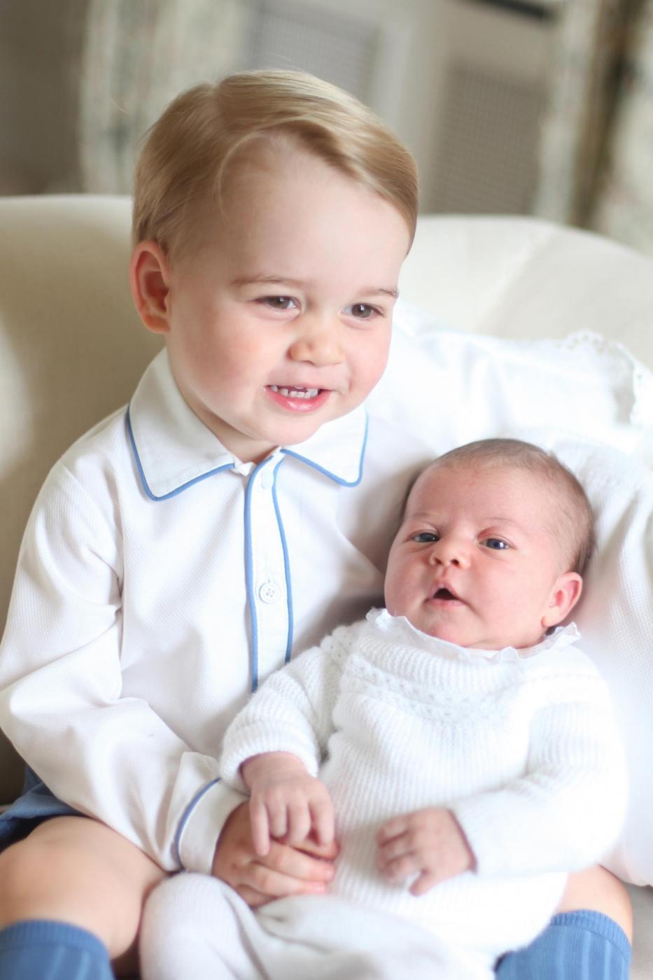 Charlotte e George Windsor: royal baby fotografati insieme per la prima volta 1