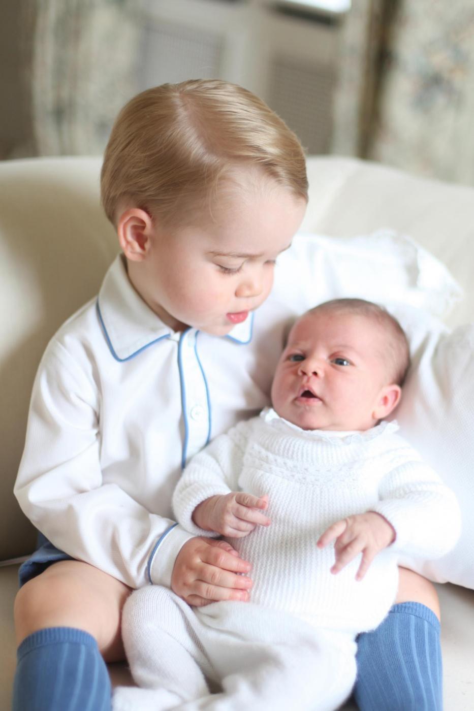 Charlotte e George Windsor: royal baby fotografati insieme per la prima volta 3
