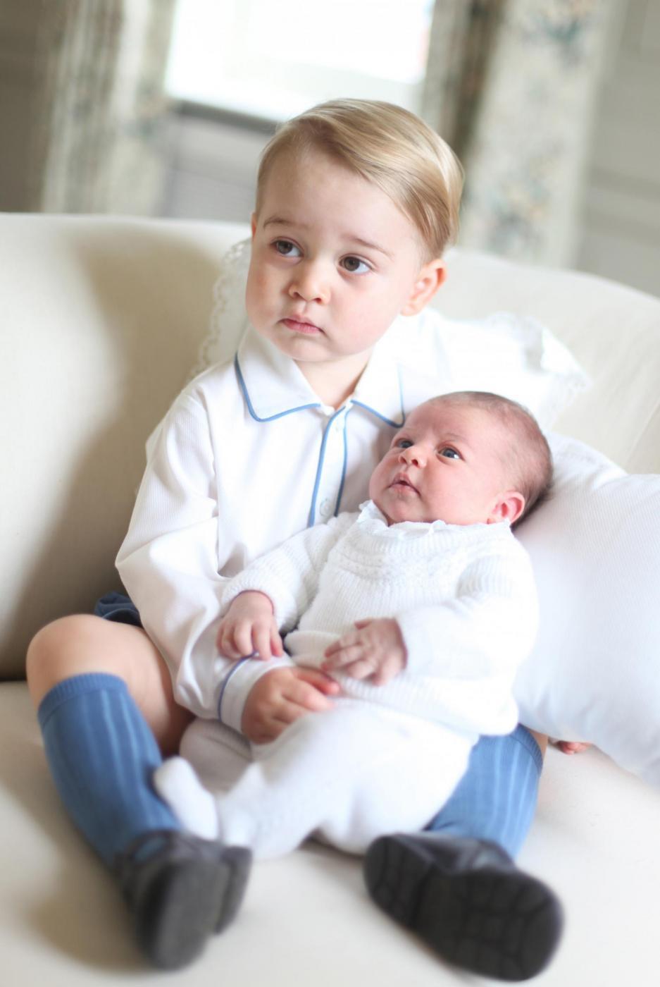 Charlotte e George Windsor: royal baby fotografati insieme per la prima volta 4