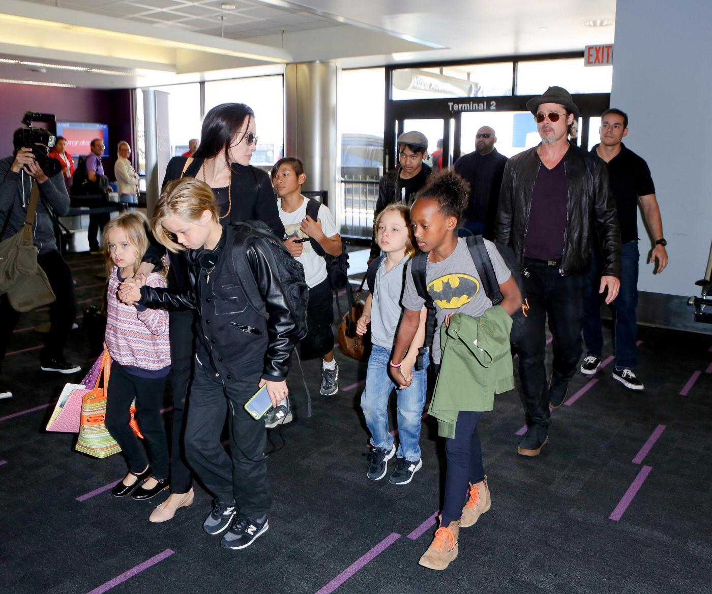 Angelina Jolie e Brad Pitt all'aeroporto con i figli FOTO 1