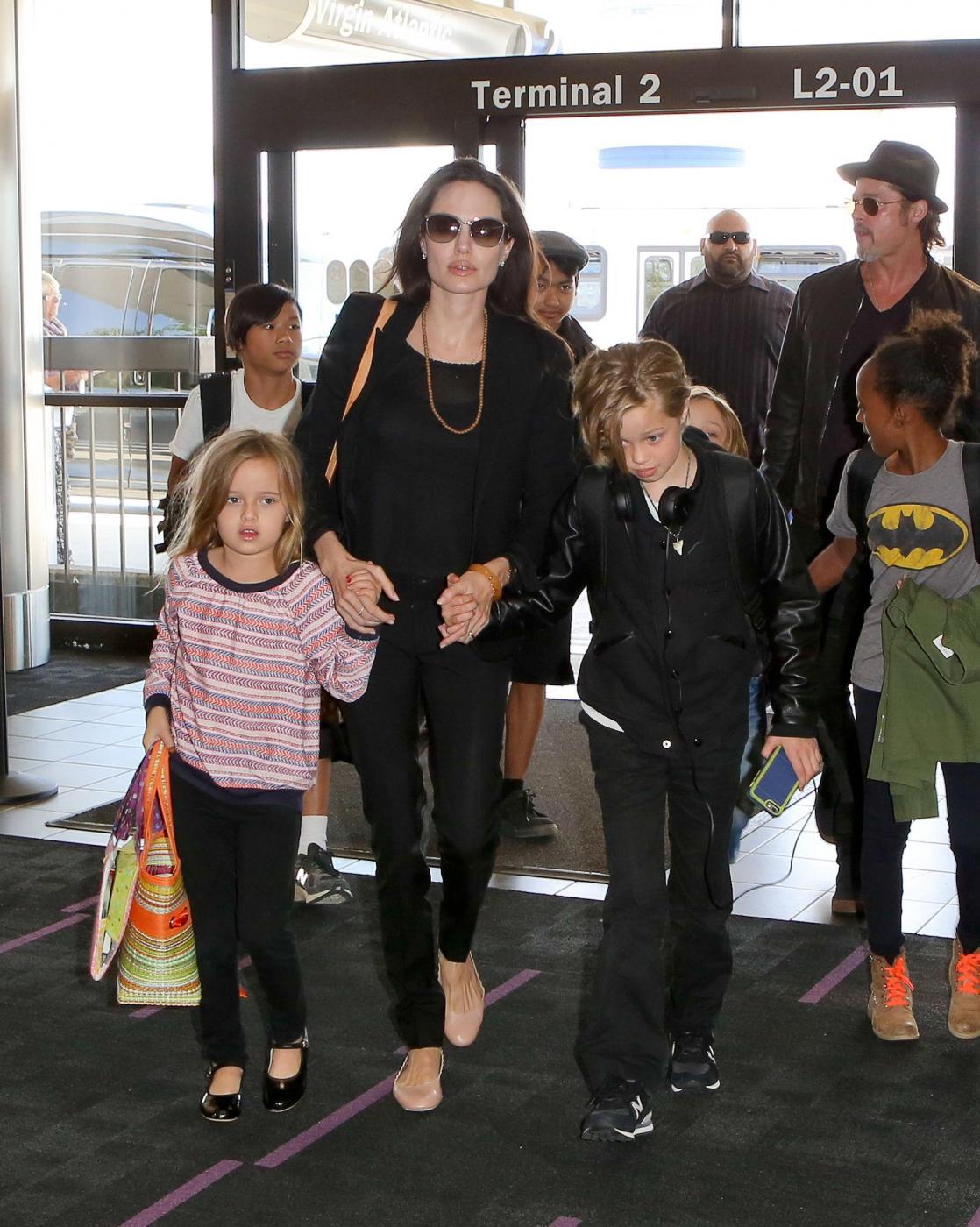 Angelina Jolie e Brad Pitt all'aeroporto con i figli FOTO 3