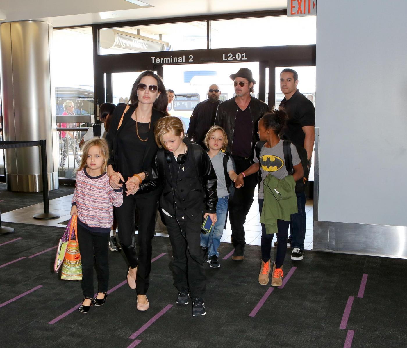Angelina Jolie e Brad Pitt all'aeroporto con i figli FOTO 4