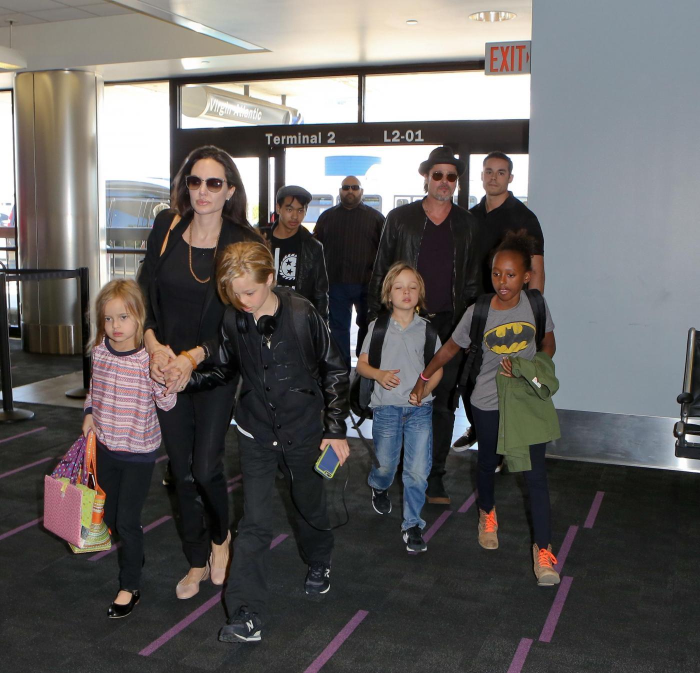 Angelina Jolie e Brad Pitt all'aeroporto con i figli FOTO 5