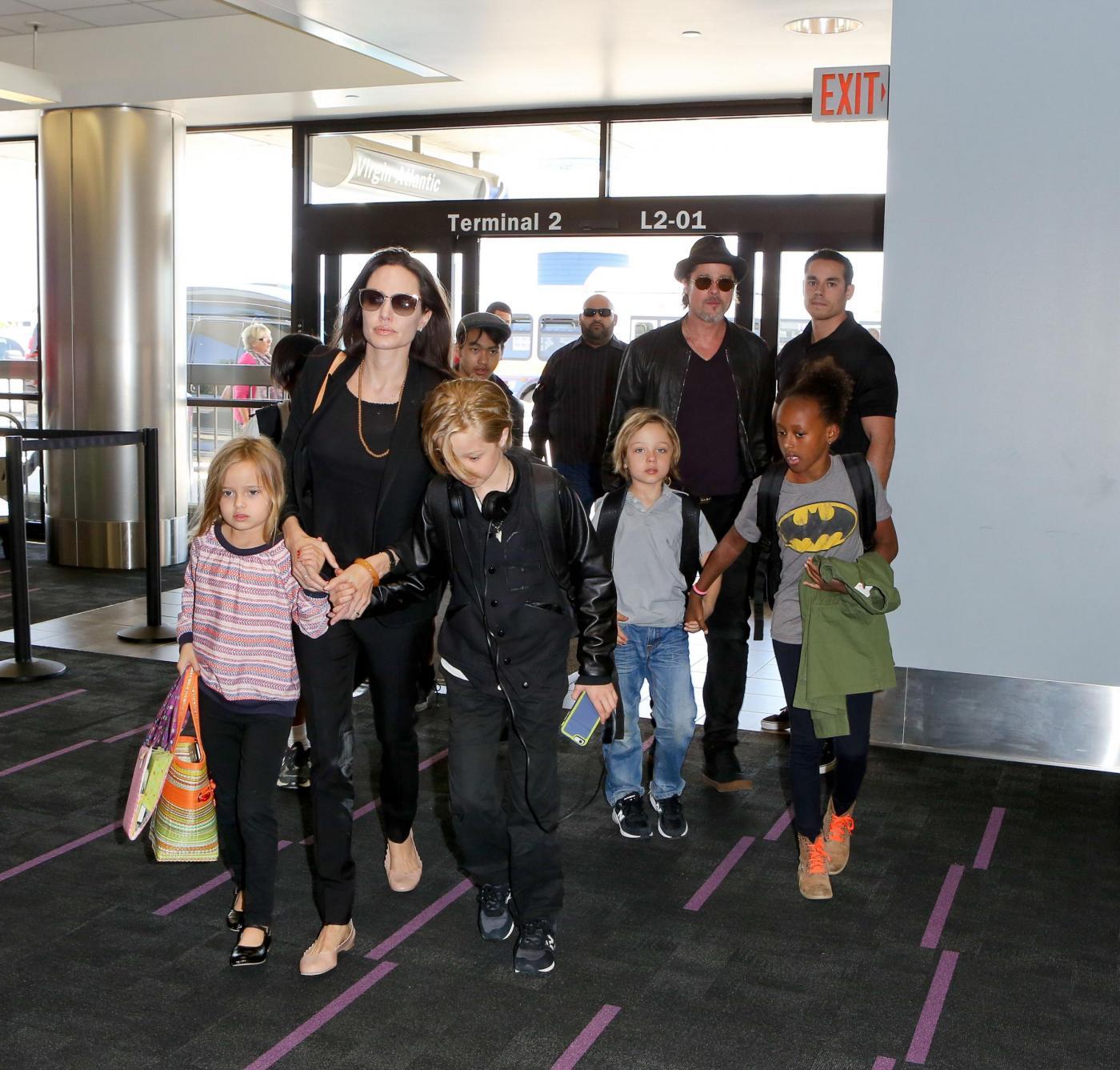 Angelina Jolie e Brad Pitt all'aeroporto con i figli FOTO 6