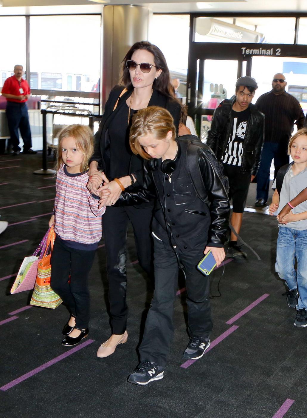Angelina Jolie e Brad Pitt all'aeroporto con i figli FOTO 8