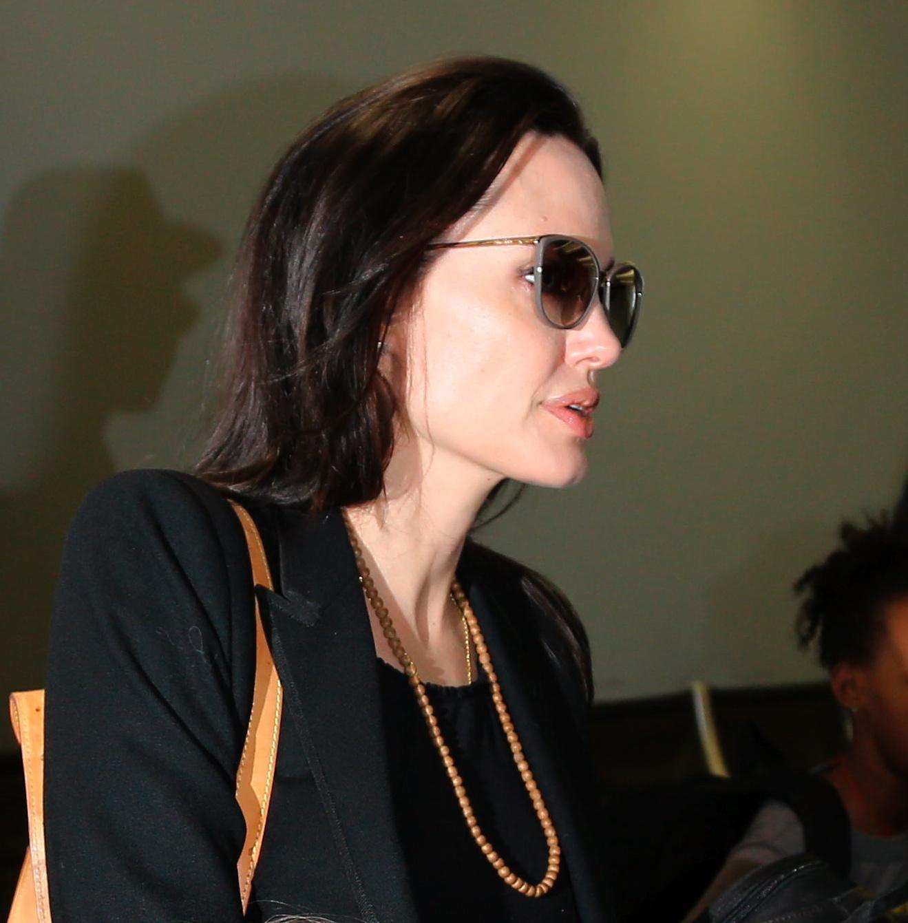 Angelina Jolie e Brad Pitt all'aeroporto con i figli FOTO 9