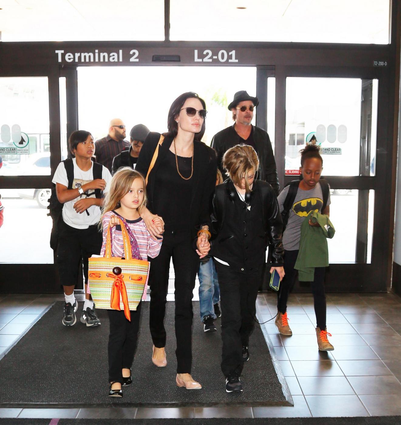 Angelina Jolie e Brad Pitt all'aeroporto con i figli FOTO 11
