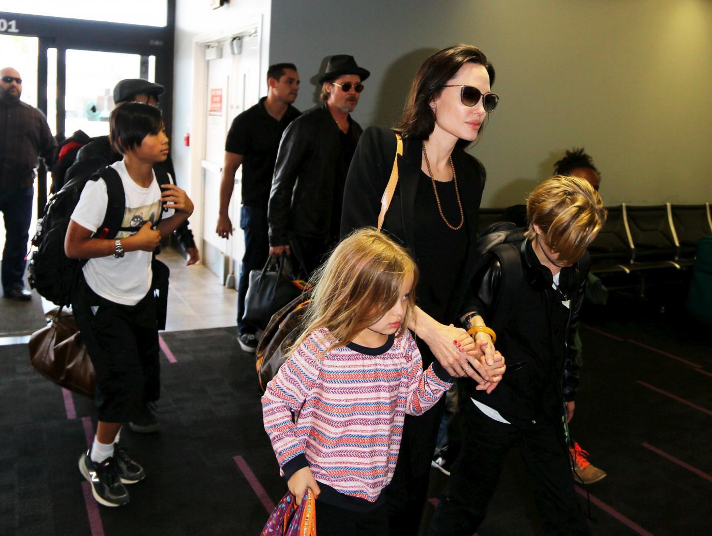 Angelina Jolie e Brad Pitt all'aeroporto con i figli FOTO 12