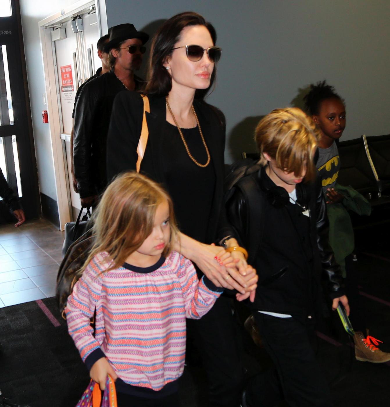 Angelina Jolie e Brad Pitt all'aeroporto con i figli FOTO 13
